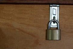 Huvudnyckeln är låset på wood bakgrund, mellanrum på vänster bakgrund för meddelande royaltyfria bilder