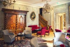 Huvudrättkorridor i klassiskt hotell royaltyfria bilder