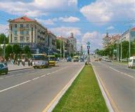 Huvudsaklig aveny i Zaporizhia, Ukraina fotografering för bildbyråer