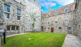 Huvudsaklig borggård i den Duart slotten, ö av Mull, Skottland Royaltyfri Bild
