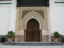 Huvudsaklig dörr av den Paris moskén Arkivbild