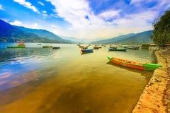 Huvudsaklig dragning för Nepal fartyg av phewasjön på bakgrundssolnedgång royaltyfri fotografi