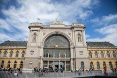 Huvudsaklig fasad av den Budapest Keleti Palyaudvar drevstationen under en solig eftermiddag, Budapest, Ungern royaltyfria foton