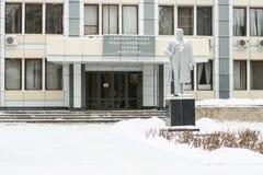 Huvudsaklig fasad av den Krasnoarmeiskii för administrationsbyggnad staden Volgograd Arkivbild