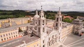 Huvudsaklig fasad av den kungliga slotten i Mafra, Portugal, Maj 10, 2017 flyg- sikt Arkivfoto