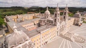 Huvudsaklig fasad av den kungliga slotten i Marfa, Portugal, Maj 10, 2017 flyg- sikt Royaltyfri Foto