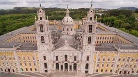 Huvudsaklig fasad av den kungliga slotten i Marfa, Portugal, Maj 10, 2017 flyg- sikt Fotografering för Bildbyråer