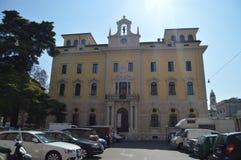 Huvudsaklig fasad av den slottstolpen eller Caminatoen i Verona Lopp ferier, arkitektur Mars 30, 2015 Verona Veneto region, fotografering för bildbyråer