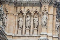 Huvudsaklig fasad av staden Hall Rathaus i Wien med många diagram och skulpturer, Österrike arkivbilder