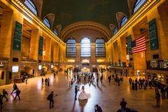 Huvudsaklig folkhop på den historiska Grand Central terminalen arkivfoto