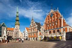 Huvudsaklig fyrkant av den gamla staden Riga Hus sikt för stad för kyrka av för den pormask- och St Peter `en s arkivfoto