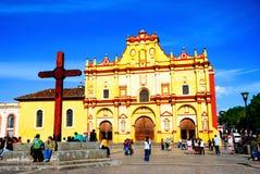 Huvudsaklig fyrkant av San Cristobal de Las Casas, Mexico med domkyrkan Arkivfoto