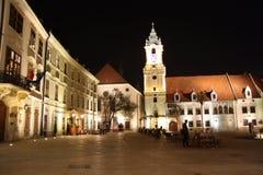Huvudsaklig fyrkant i Bratislava (Slovakien) på natten Fotografering för Bildbyråer