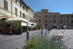 Huvudsaklig fyrkant i en härlig kullestad i Umbria fotografering för bildbyråer