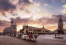 Huvudsaklig fyrkant i gammal stad av Krakow royaltyfri fotografi