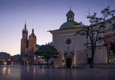 Huvudsaklig fyrkant i Krakow på natten, Polen fotografering för bildbyråer
