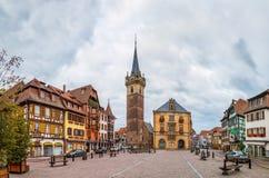 Huvudsaklig fyrkant i Obernai, Alsace, Frankrike royaltyfria bilder