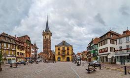 Huvudsaklig fyrkant i Obernai, Alsace, Frankrike arkivbild