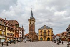 Huvudsaklig fyrkant i Obernai, Alsace, Frankrike fotografering för bildbyråer