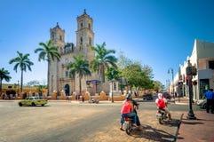 Huvudsaklig fyrkant med domkyrkan i Valladolid, Mexico Arkivbilder