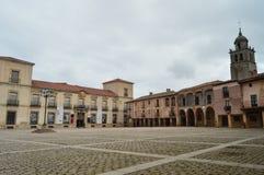 Huvudsaklig fyrkant med välvda portaler i den höga delsikten av det kyrkliga tornet i byn av Medinaceli Arkitektur historia, Tra Arkivfoto