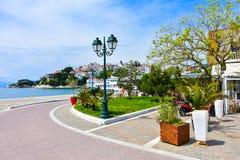 Huvudsaklig fyrkant på den Skiathos ön i Grekland royaltyfria bilder
