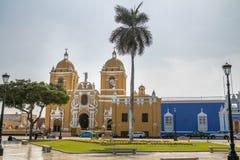 Huvudsaklig fyrkant & x28; Plaza de Armas& x29; och domkyrka - Trujillo, Peru Fotografering för Bildbyråer