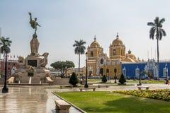 Huvudsaklig fyrkant & x28; Plaza de Armas& x29; och domkyrka - Trujillo, Peru Arkivbild