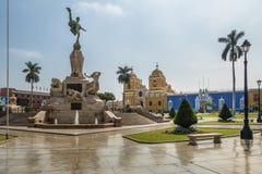 Huvudsaklig fyrkant & x28; Plaza de Armas& x29; och domkyrka - Trujillo, Peru Arkivbilder