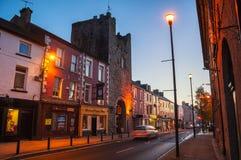 Huvudsaklig gata av Cashel, Irland på natten arkivbilder