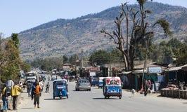 Huvudsaklig gata av den lilla provinsiella staden Hirna ethiopia Arkivbild