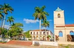 Huvudsaklig gata av kubanen Vinales med kyrkan, Kuba Arkivbild