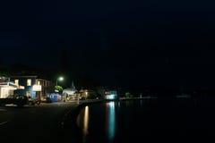 Huvudsaklig gata för liten nyazeeländsk kuststad på skymning, Mangonui royaltyfri foto