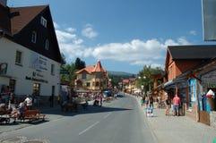 Huvudsaklig gata i den Karpacz staden Arkivfoton
