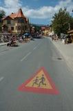 Huvudsaklig gata i den Karpacz staden Royaltyfri Bild