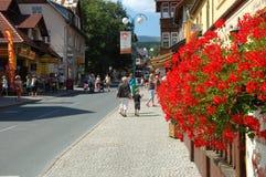 Huvudsaklig gata i den Karpacz staden Royaltyfri Foto