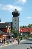 Huvudsaklig gata i den Karpacz staden Royaltyfria Bilder
