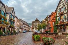 Huvudsaklig gata i Kaysersberg, Alsace, Frankrike royaltyfria foton