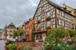 Huvudsaklig gata i Kaysersberg, Alsace, Frankrike royaltyfri foto