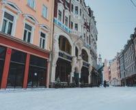 Huvudsaklig gata i mitten av Riga under vintertid fotografering för bildbyråer