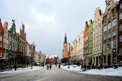Huvudsaklig gata i stad av Gdansk i vintertid Arkivbild