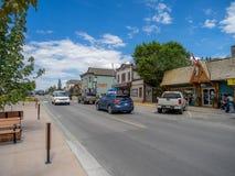Huvudsaklig gata i staden av Invemere Arkivfoto