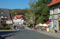 Huvudsaklig gata i Szklarska Poreba i Polen Arkivfoto