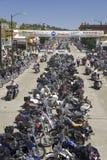 Huvudsaklig gata med motorcyklar som fodrar vägen Royaltyfri Bild