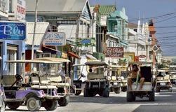 Huvudsaklig gata på den tropiska ön av gråambra Caye, Belize Royaltyfria Foton