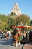Huvudsaklig gata på Disneyland, Kalifornien, med Mattahornen i bakgrunden Arkivfoton