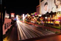 Huvudsaklig huvudväg i i stadens centrum Las Vegas under natten royaltyfri bild