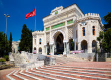 Huvudsaklig ingång av det Istanbul universitetet på den Beyazıt fyrkanten, Istanbu Arkivfoton