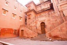 Huvudsaklig ingång av det 16th århundradeJunagarh fortet Arkivbilder