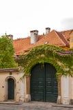 Huvudsaklig ingång av ett gammalt hus i Zagreb Arkivbild